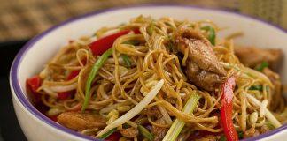 chow mein de pollo y vegetales