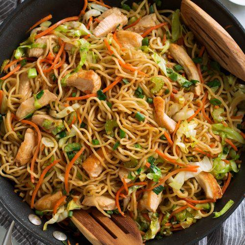 Chow Mein con pollo y vegetales